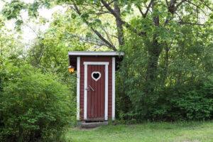 Manapság már csak a gazdasági telkek esetében maradtak fenn a régi típusú vécék.
