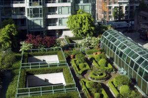 Azok a lakóközösségek – ezek rendszerint a kisebb 6-12 lakásos épületek lakói – akik szeretnék a tető ligetét is élvezni, az intenzív zöldtető mellett dönthetnek.