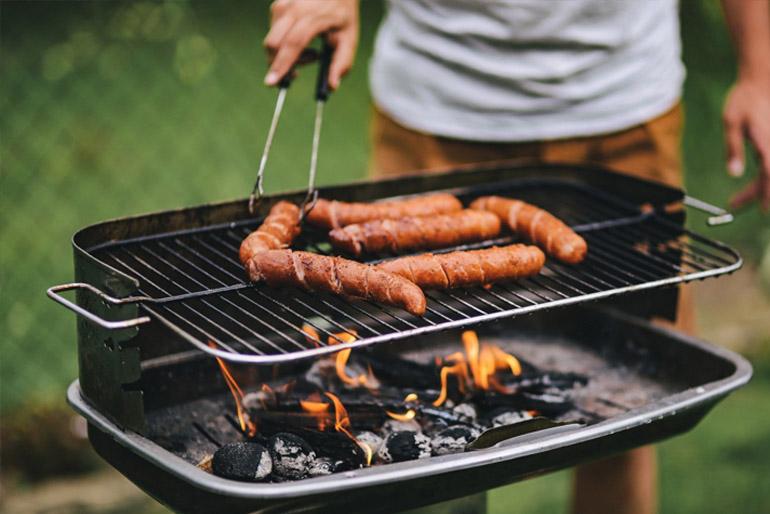 Mivel a kinti főzés gőzzel és füsttel jár, nem árt, ha tudjuk, honnan fúj az uralkodó szél, és annak megfelelően, valamint a nap járásához igazítva telepítjük a konyhánkat.
