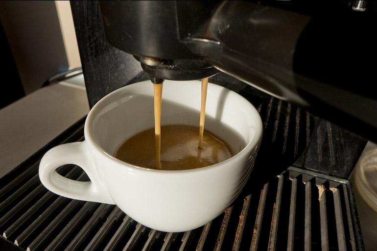 Okosotthon: Beállítható az is, hogy beinduljon a kávéfőző, s mikor kibotorkálunk a konyhába, már ott várjon minket a gőzölgő fekete.