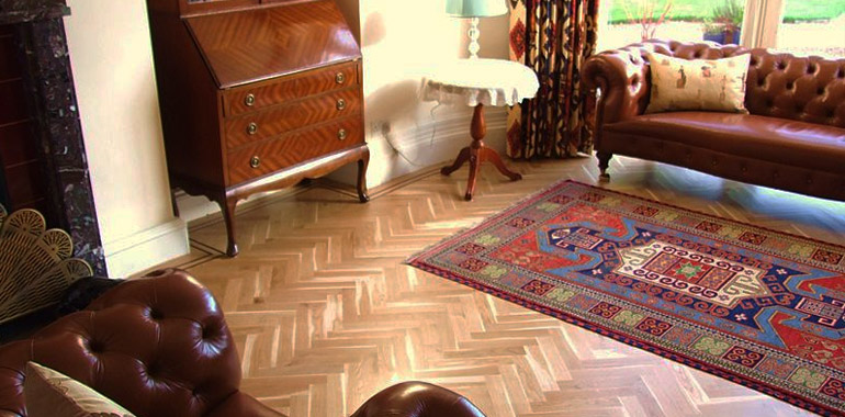 Melegburkolatok - mivel a parketta valódi fa, ezért nincs is akkora szín- és mintaválasztéka, mint a laminált padlónak, ugyanakkor sokkal természetesebb hatású annál.