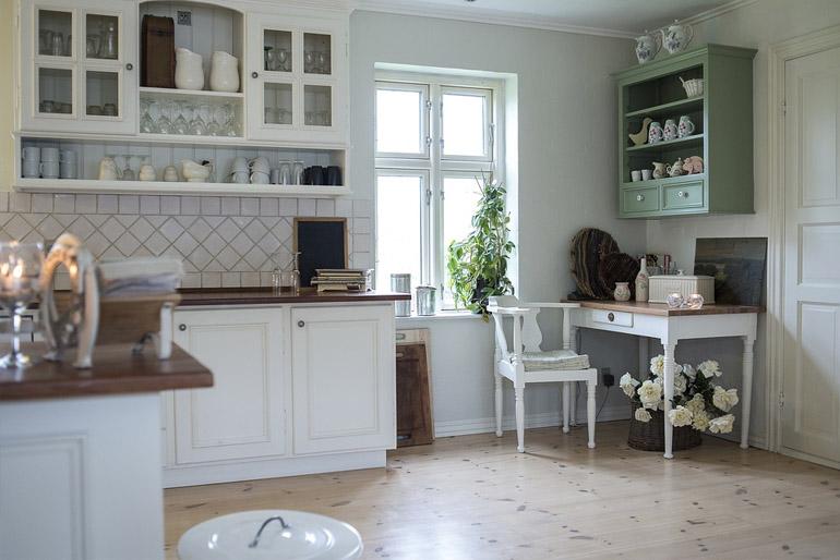A XIX. században a vitrin sikertörténete folytatódott, és a biedermeier korszakban alapvető bútornak számított a polgári otthonokban.