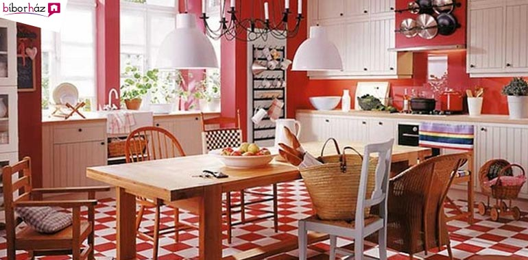 Vörös az érkezőben, konyhában.