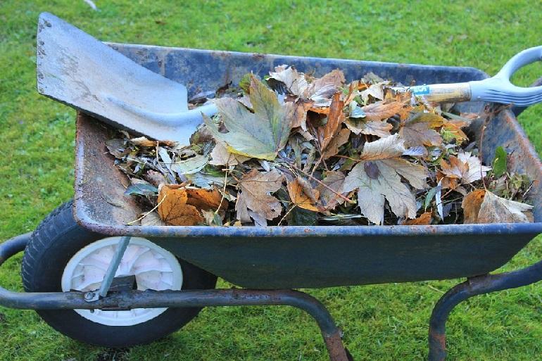 A természetben megjelenő hulladékból, száraz fűből, gallyakból, levelekből, elszáradt virágok szárából mehet minden a keverékbe.