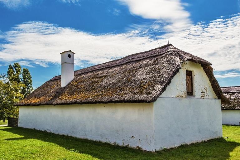Nagyapáink vidéken még vályogból építkeztek, amely olcsó és környezetbarát megoldás volt.
