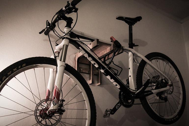 A kerékpár tárolását úgy kell megoldani a lakásban, hogy a járgányok a mindennapi életünket, mozgásunkat ne zavarják meg.
