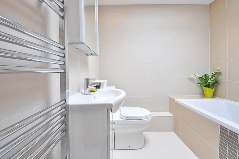 A kis fürdőszoba berendezése nagy kihívás lehet.