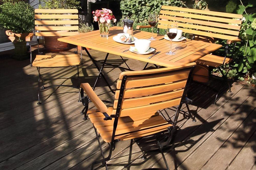 Konyhai székek, asztalállványok készülnek belőle leginkább, de a legnagyobb karriert kerti bútorok alapanyagaként futotta be az akác.