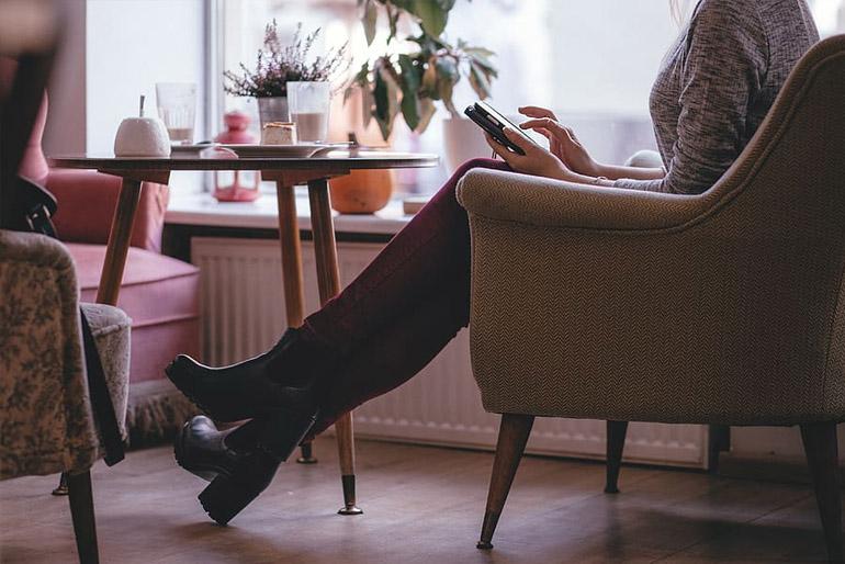 A klasszikus fotelek teljesen kárpitozottak, kényelmes kar- és fejtámasszal vannak ellátva.